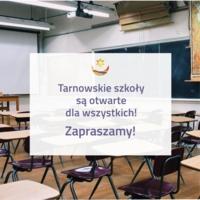 grafika z logo miasta oraz zdjęcią szkolnej sali w tle