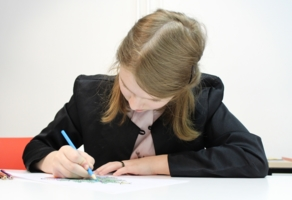 uczeń kolorujący rysunek